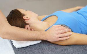 Frau erhält eine chirotherapeutische Anwendung