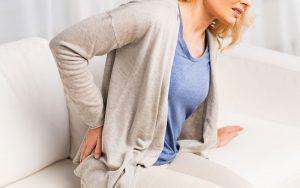 Frau mit Schmerzen im unteren Rücken